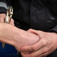Festnahme durch Polizeibeamten