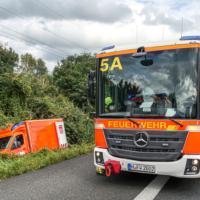 Rettungswagen kommt von Fahrbahn ab